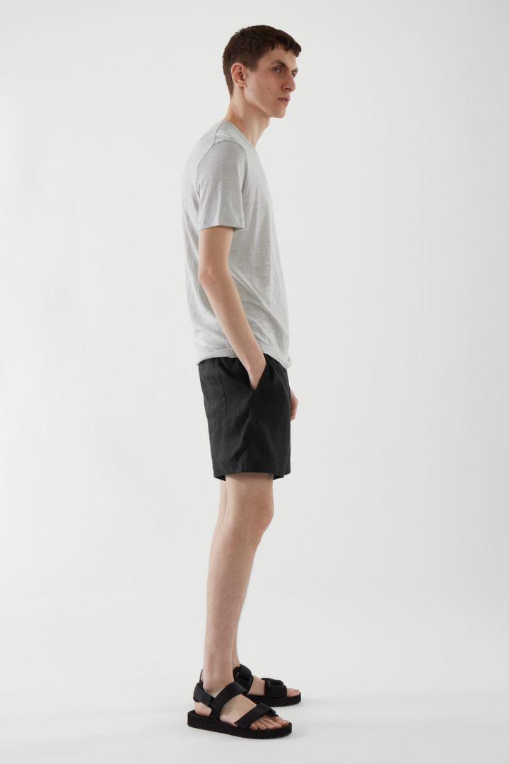 COS 레귤러 핏 리넨 티셔츠의 그레이컬러 ECOMLook입니다.