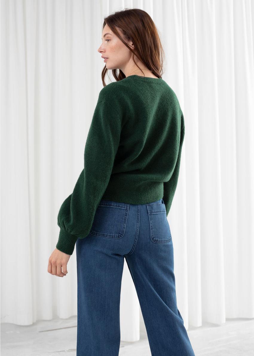 앤아더스토리즈 크롭 스웨터의 다크 그린컬러 ECOMLook입니다.