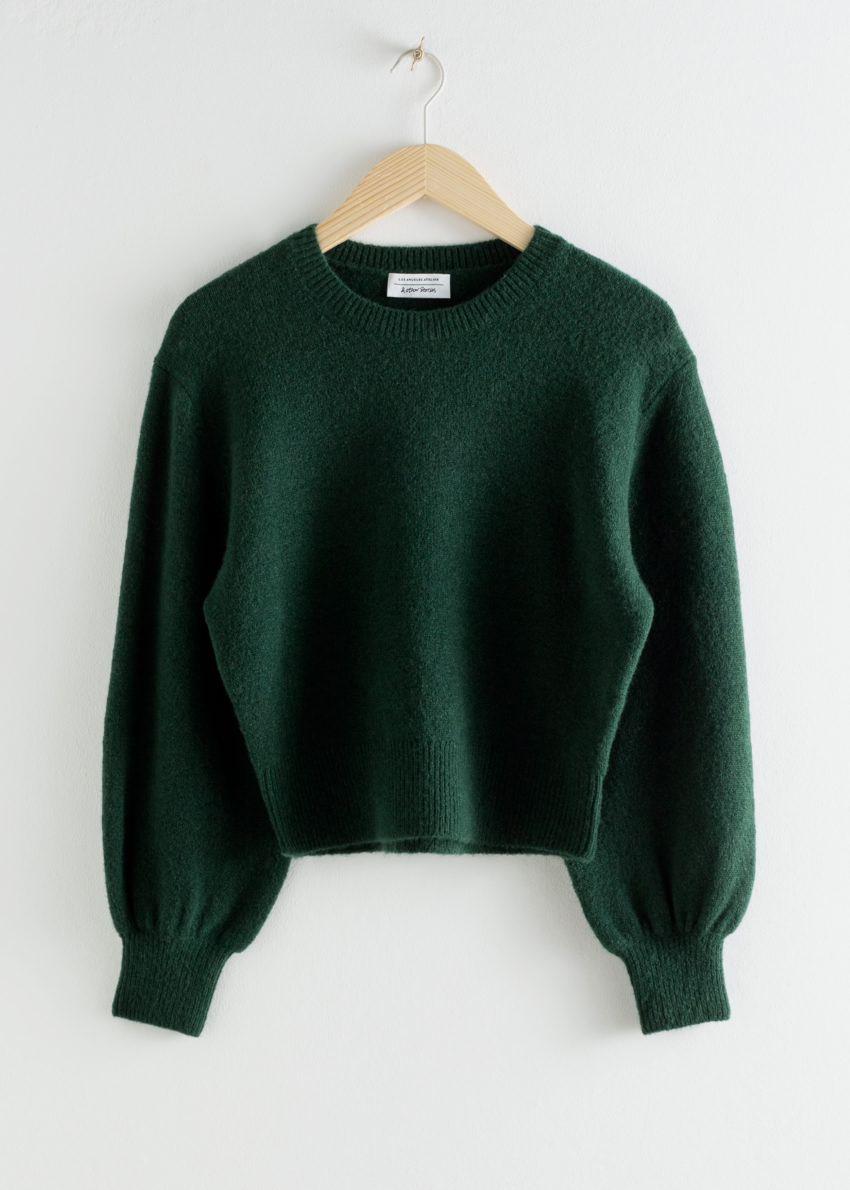 앤아더스토리즈 크롭 스웨터의 다크 그린컬러 Product입니다.