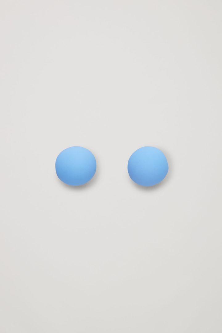 COS 리사이클 브라스 스피리컬 스터드 이어링의 블루컬러 Product입니다.
