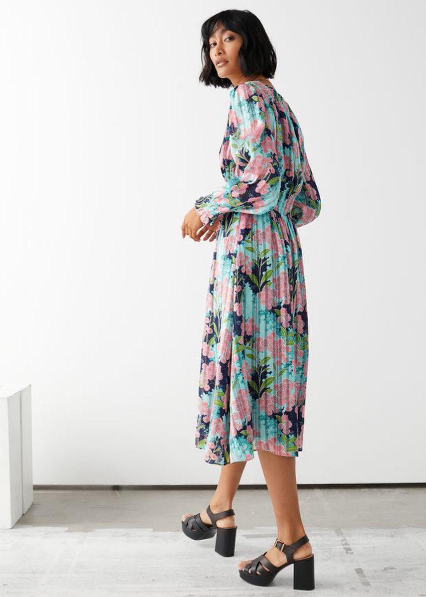 앤아더스토리즈 플리츠 스모크 미디 드레스의 터쿼이즈 플로럴컬러 ECOMLook입니다.