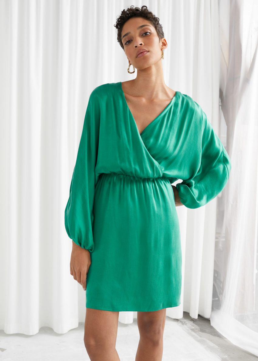 앤아더스토리즈 볼류미너스 슬리브 미니 드레스의 그린컬러 ECOMLook입니다.