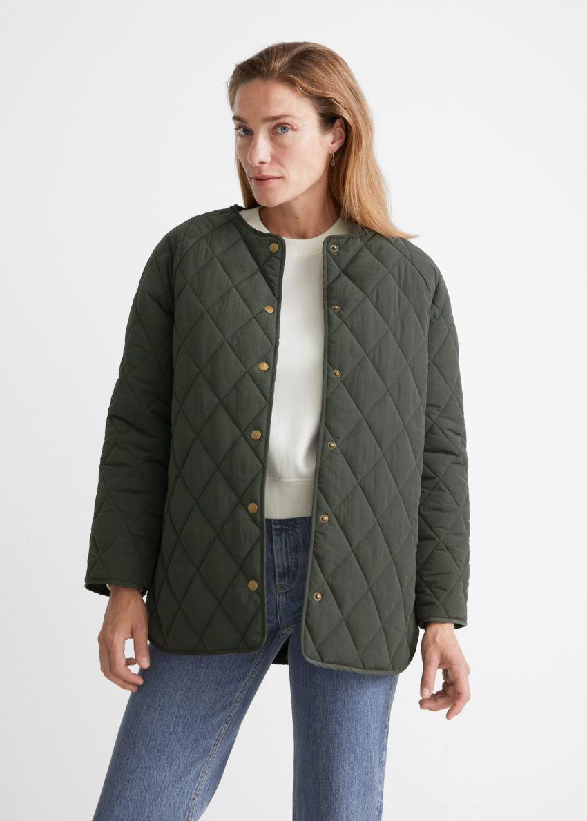 앤아더스토리즈 퀼티드 재킷의 다크 그린컬러 ECOMLook입니다.