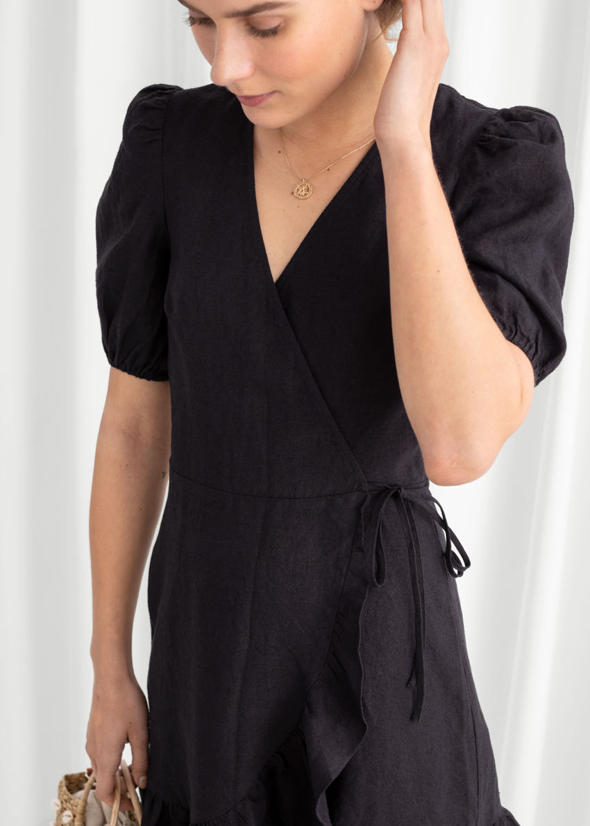 앤아더스토리즈 퍼프 슬리브 리넨 랩 미니 드레스의 블랙컬러 ECOMLook입니다.