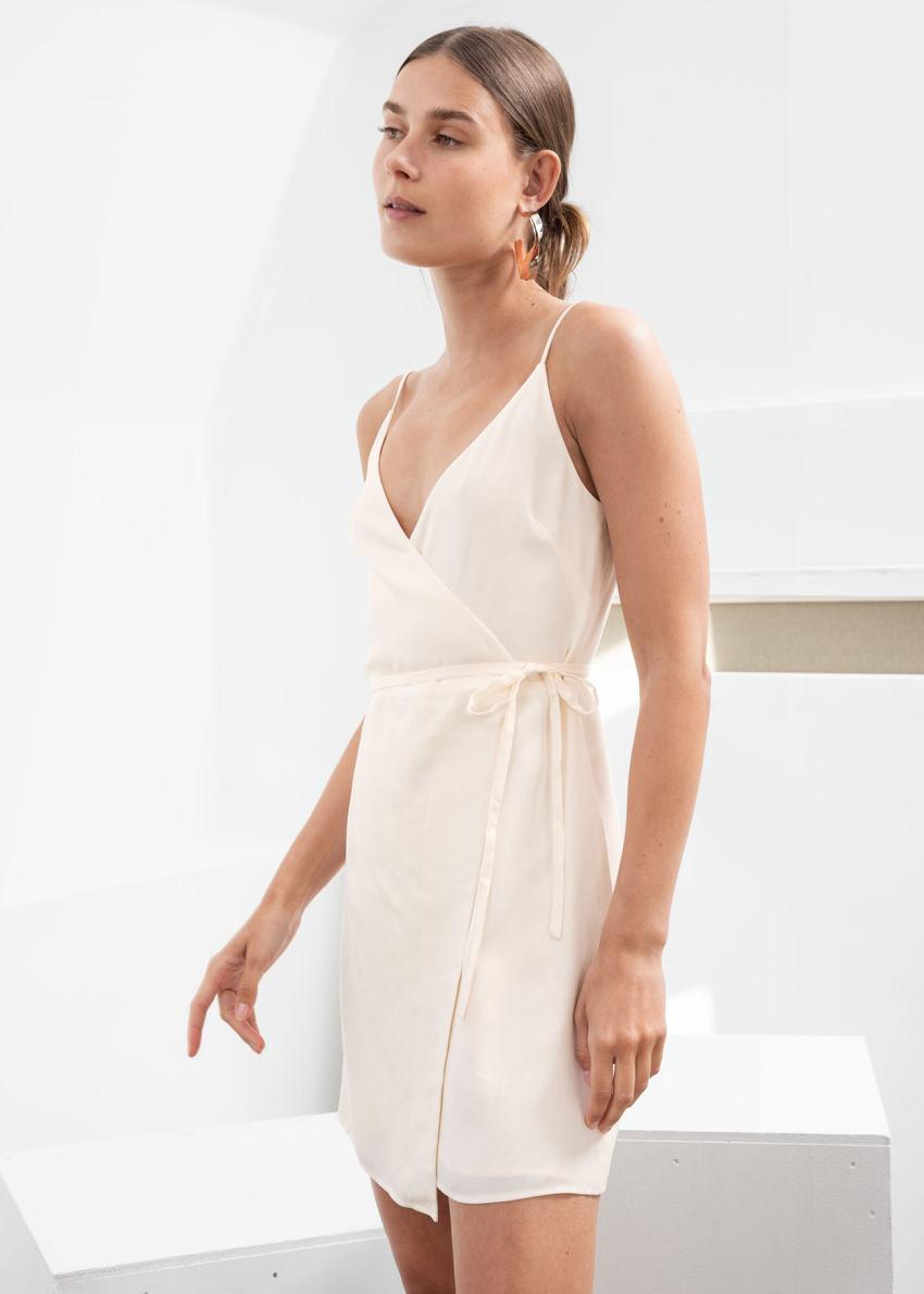 앤아더스토리즈 에이시메트릭 랩 미니 드레스의 화이트컬러 ECOMLook입니다.