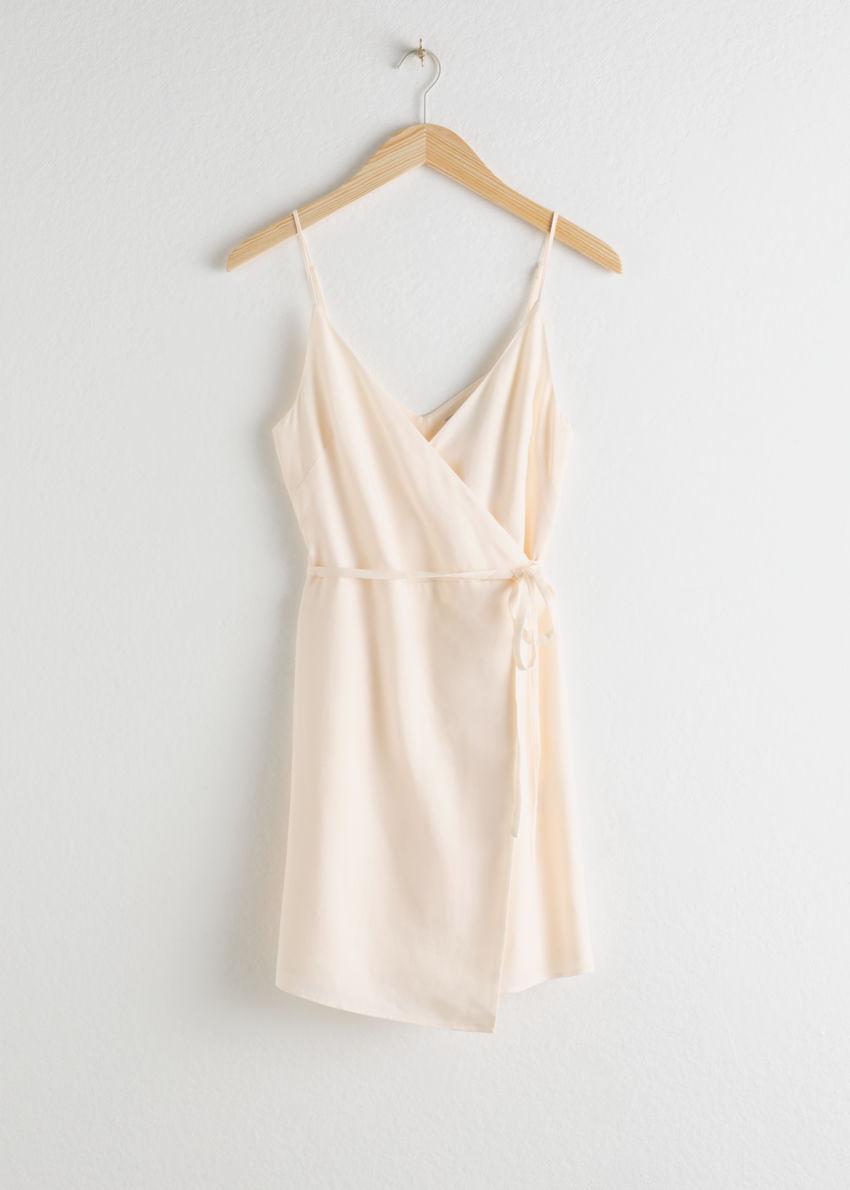 앤아더스토리즈 에이시메트릭 랩 미니 드레스의 화이트컬러 Product입니다.