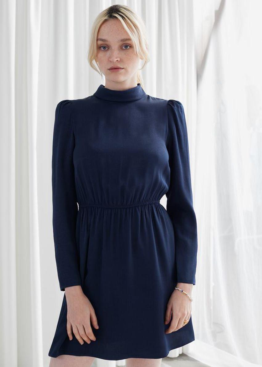 앤아더스토리즈 모크 넥 미니 드레스의 네이비컬러 ECOMLook입니다.