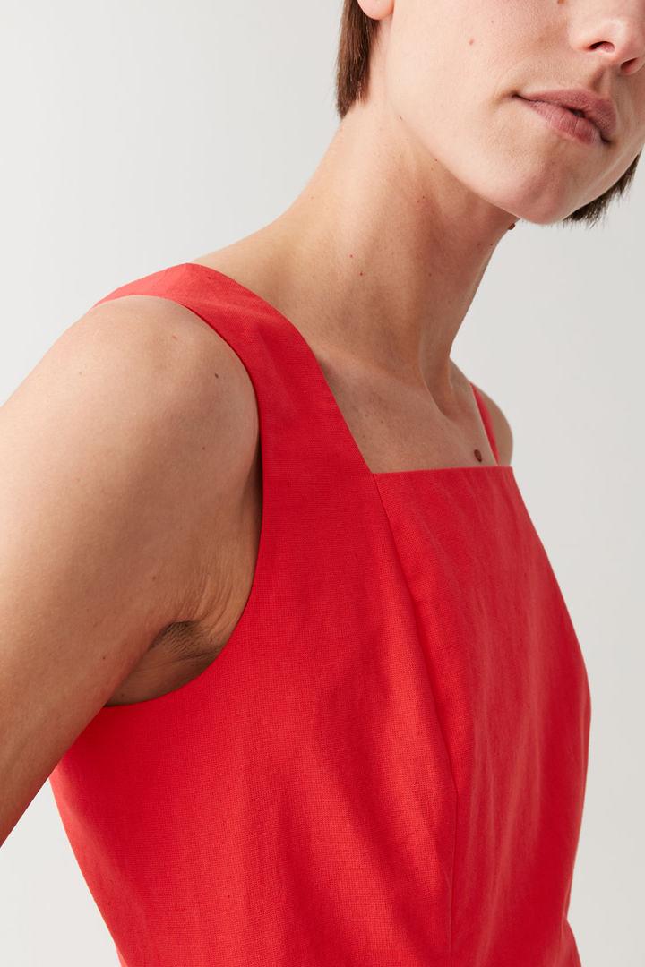 COS 슬림핏 코튼 리넨 드레스의 레드컬러 ECOMLook입니다.