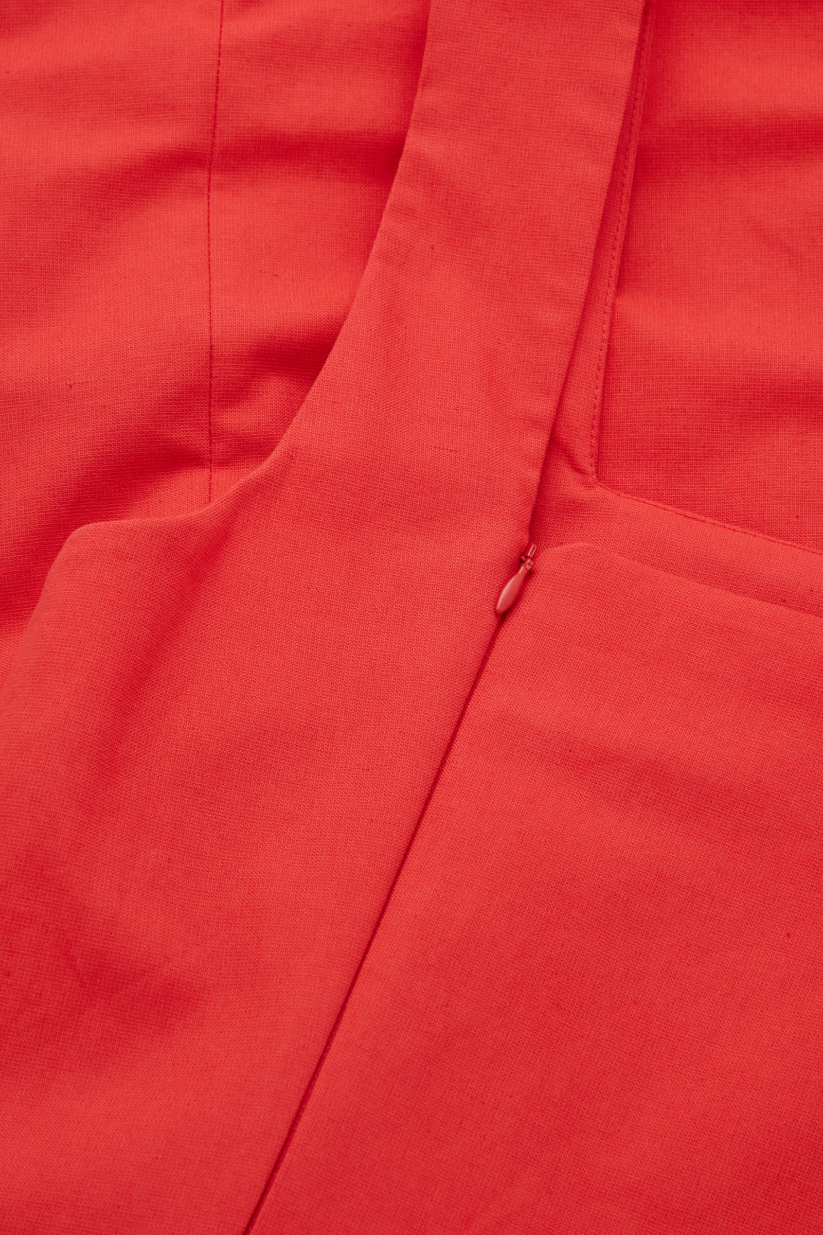 COS 슬림핏 코튼 리넨 드레스의 레드컬러 Detail입니다.