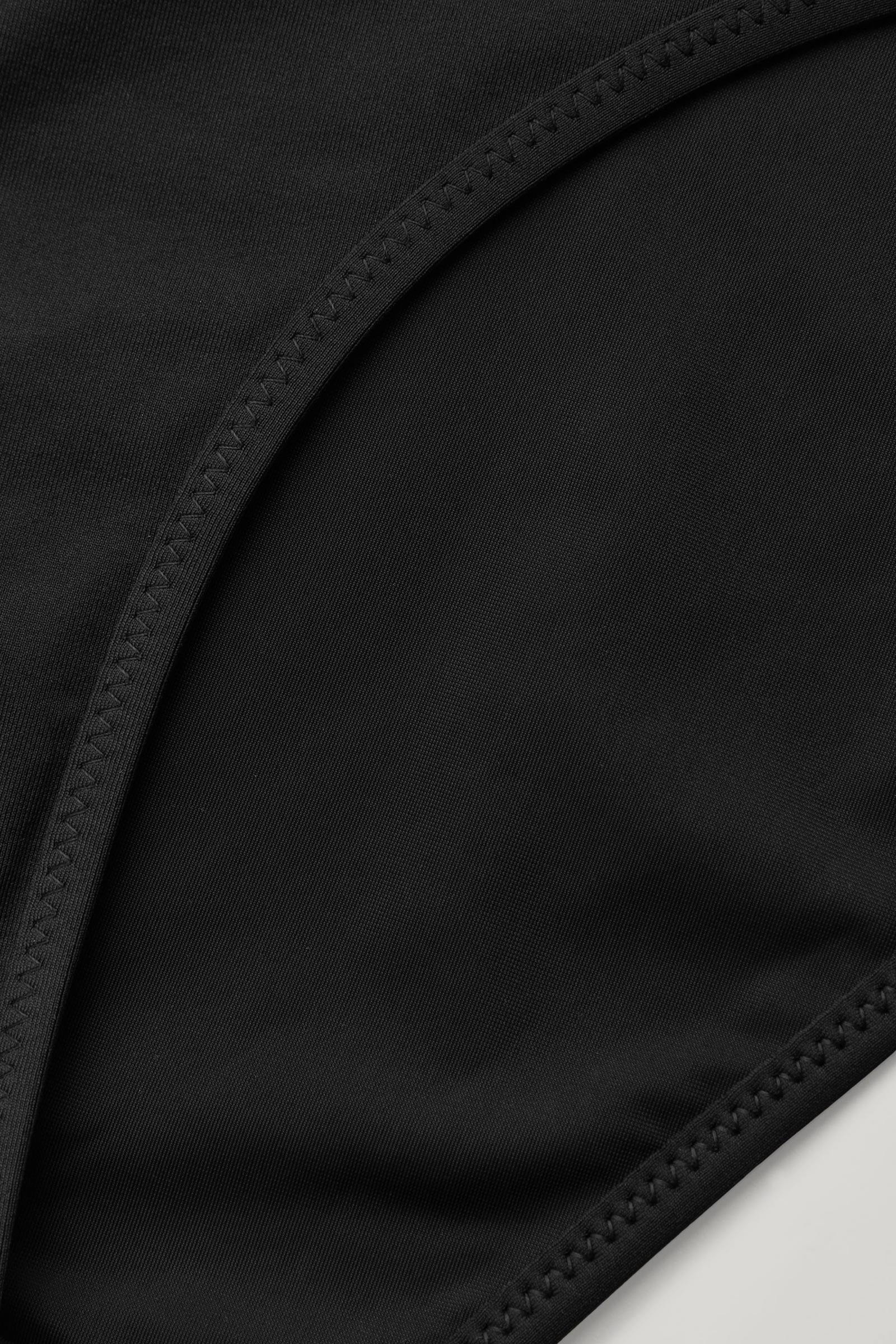 COS 슬림핏 비키니 바텀의 블랙컬러 Detail입니다.