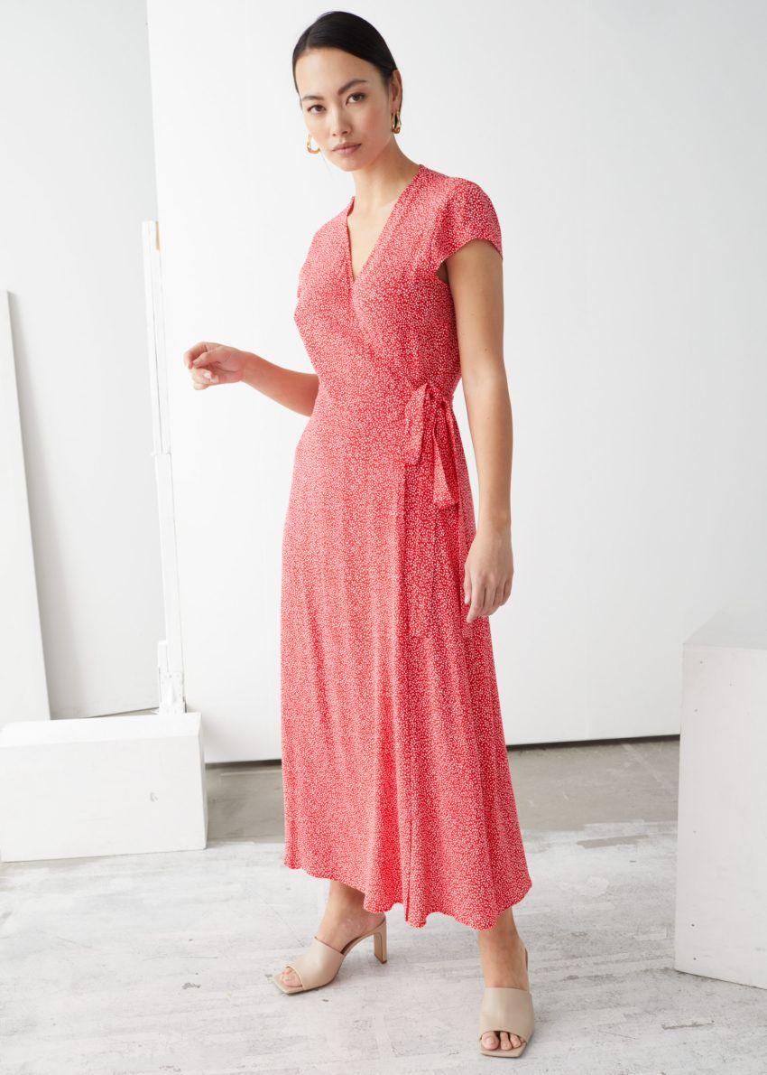 앤아더스토리즈 플로럴 미디 랩 드레스의 레드 플로럴컬러 ECOMLook입니다.