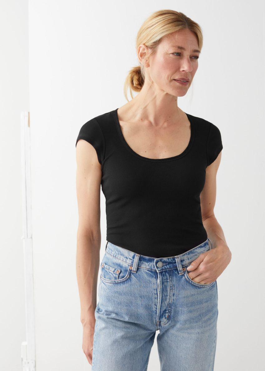 앤아더스토리즈 피티드 스쿠프 넥 티셔츠의 블랙컬러 ECOMLook입니다.