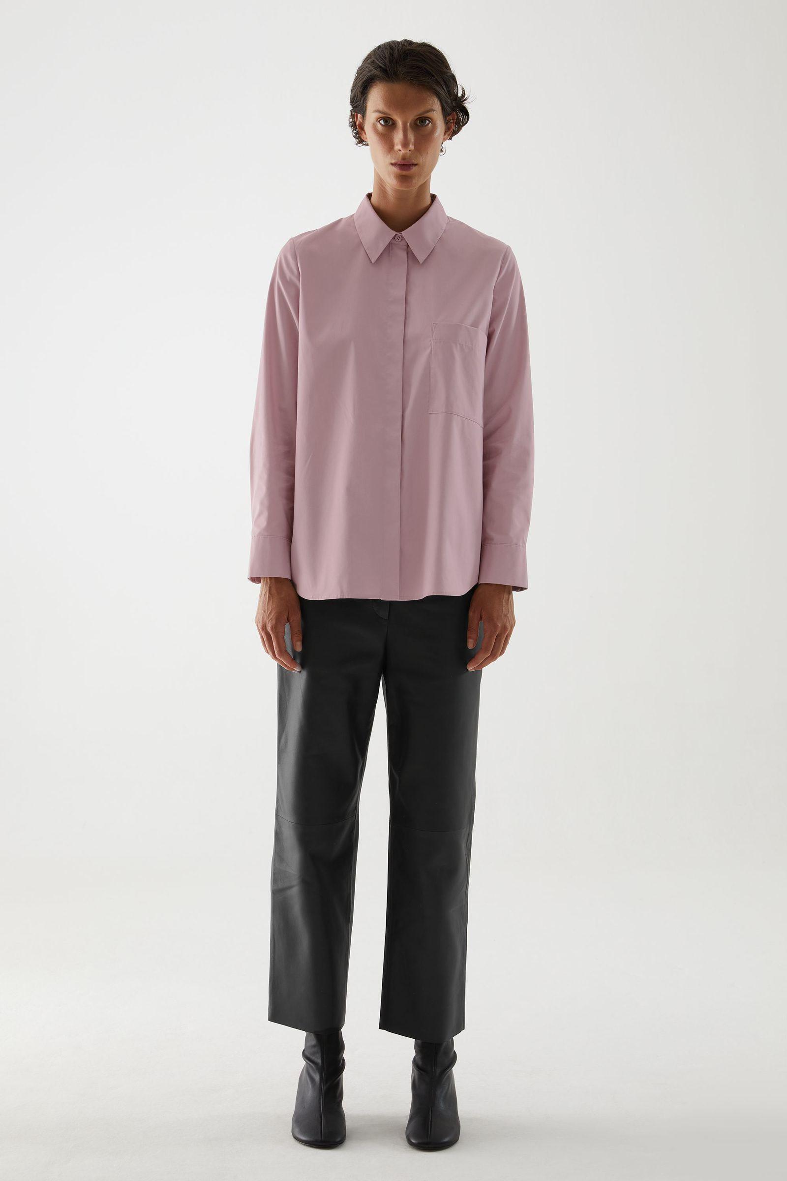 COS 오가닉 코튼 플리티드 튜닉 셔츠의 퍼플컬러 ECOMLook입니다.