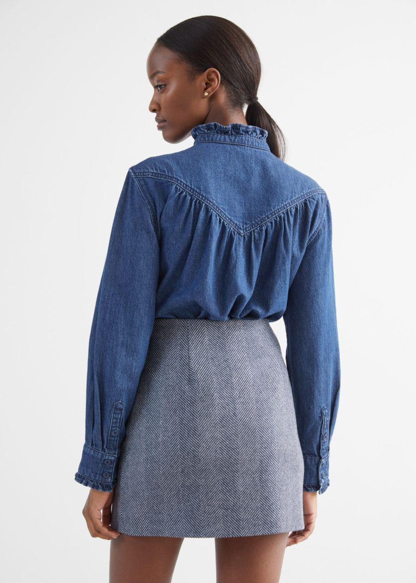 앤아더스토리즈 러플 데님 셔츠의 블루컬러 ECOMLook입니다.