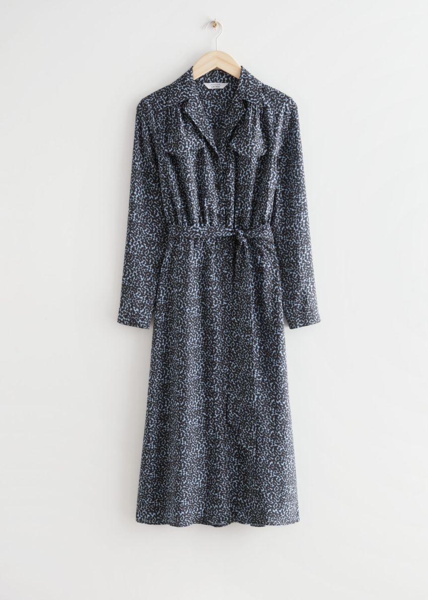 앤아더스토리즈 벨티드 오픈 카라 미디 드레스 의 블루 프린트컬러 Product입니다.