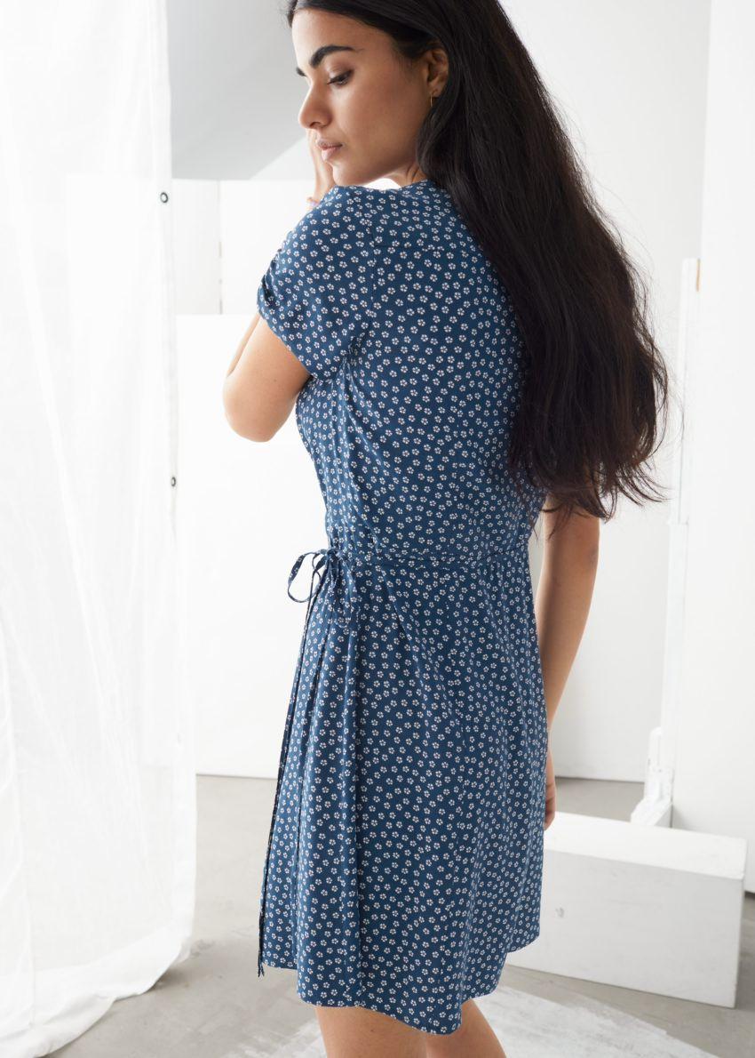 앤아더스토리즈 마이크로 플로럴 랩 미니 드레스의 블루 도트컬러 ECOMLook입니다.