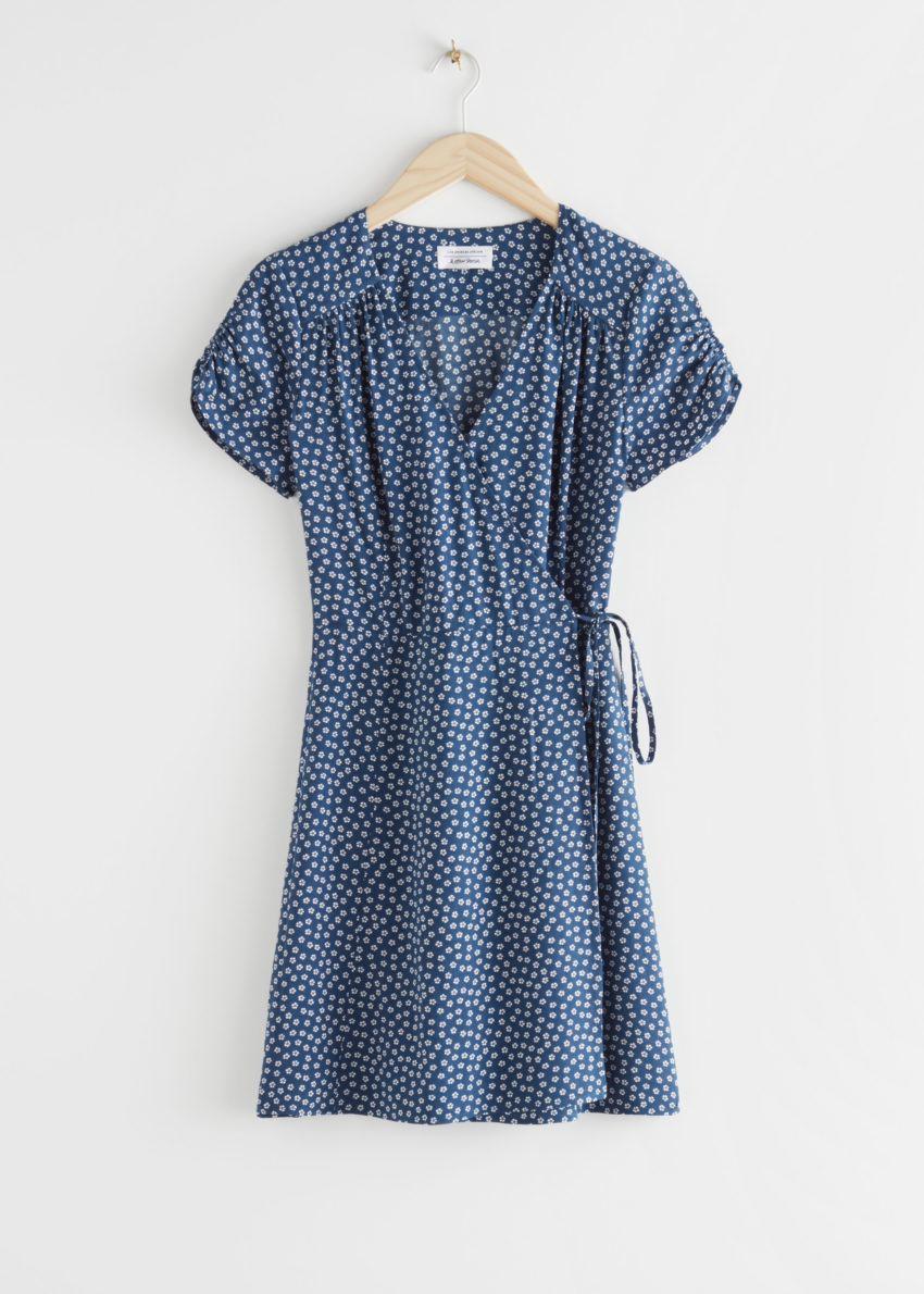 앤아더스토리즈 마이크로 플로럴 랩 미니 드레스의 블루 도트컬러 Product입니다.