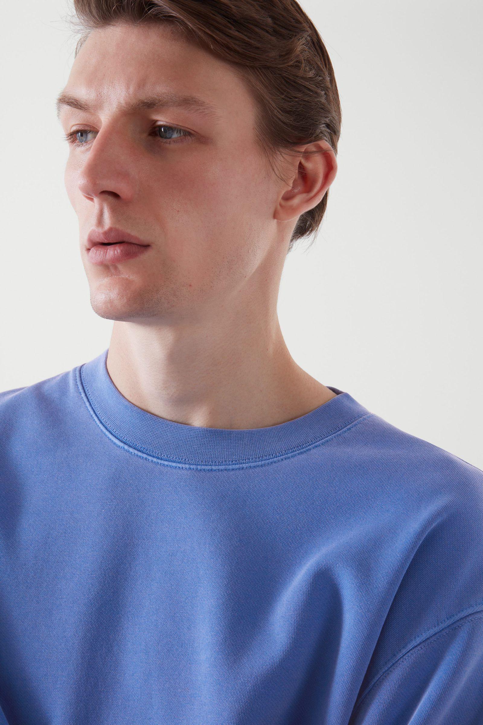COS 테리 코튼 스웻셔츠의 블루컬러 ECOMLook입니다.