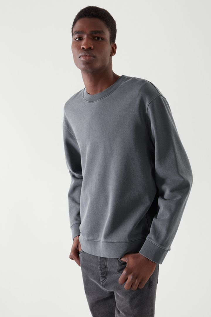 COS 테리 코튼 스웻셔츠의 다크 네이비컬러 ECOMLook입니다.