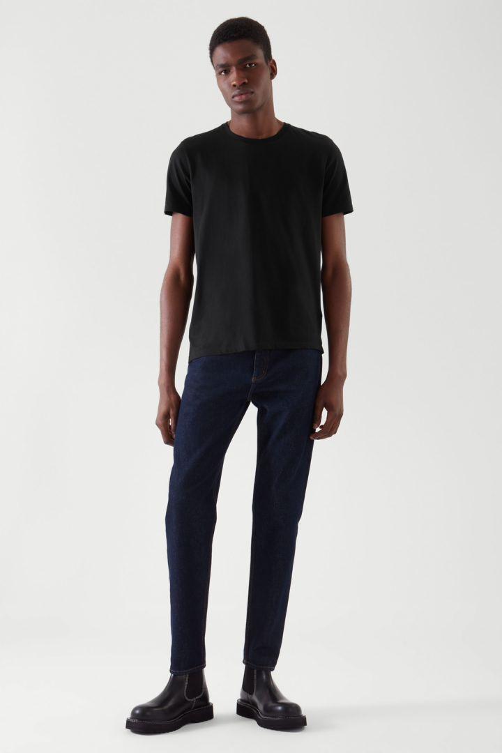 COS 레귤러 핏 티셔츠 3팩의 블랙컬러 ECOMLook입니다.