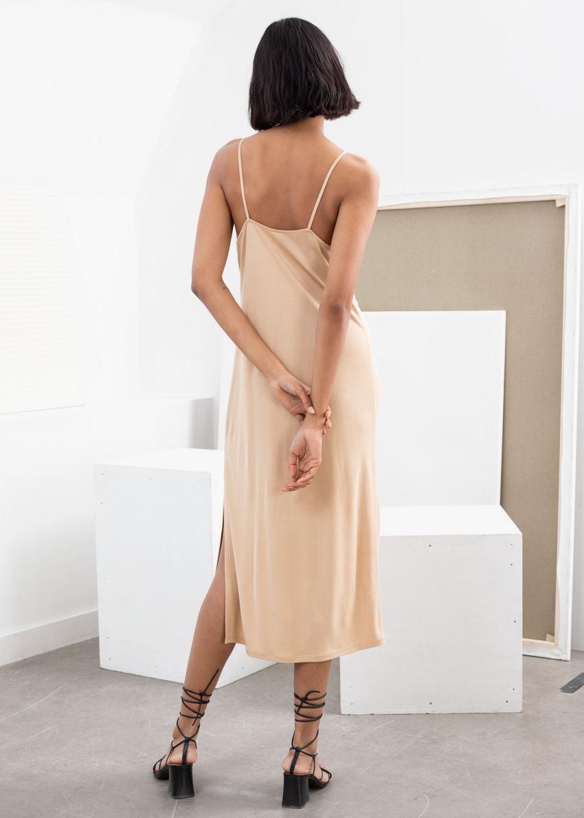 앤아더스토리즈 스퀘어 넥 미디 슬립 드레스의 베이지컬러 ECOMLook입니다.