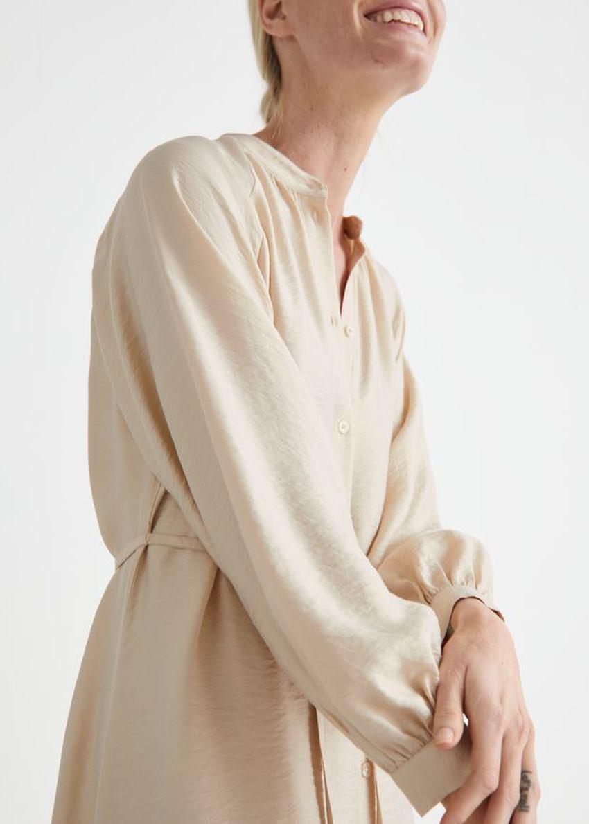 앤아더스토리즈 릴렉스드 벨티드 버튼 업 미디 드레스의 베이지컬러 ECOMLook입니다.