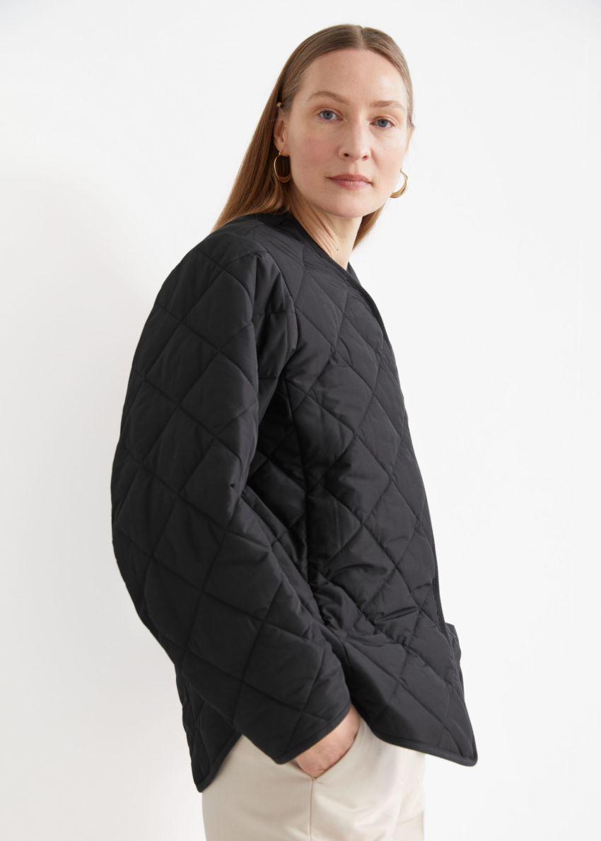 앤아더스토리즈 오버사이즈 퀼트 재킷 의 블랙컬러 ECOMLook입니다.