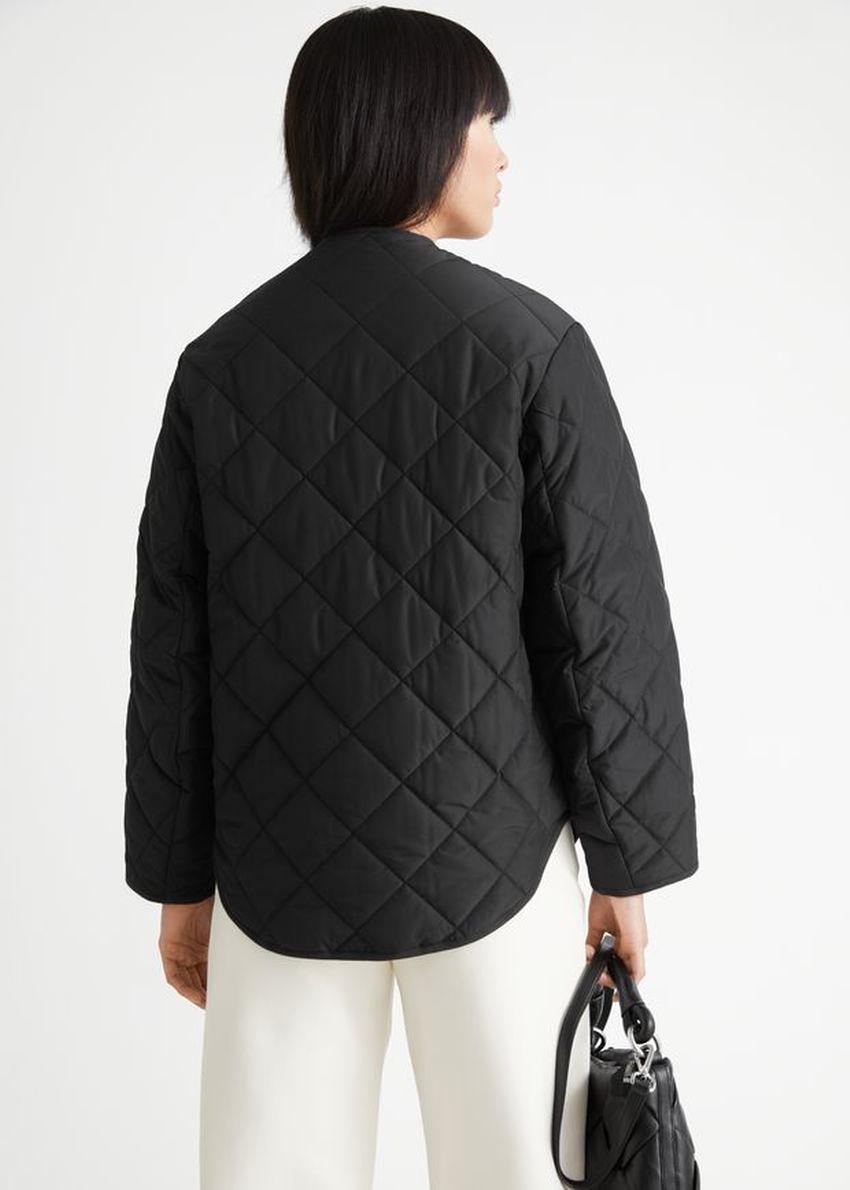 앤아더스토리즈 오버사이즈 버튼 퀼트 재킷의 블랙컬러 ECOMLook입니다.