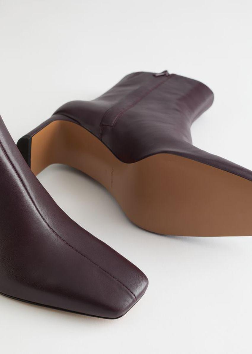 앤아더스토리즈 슬림 블록 힐 레더 부츠의 레드컬러 Product입니다.