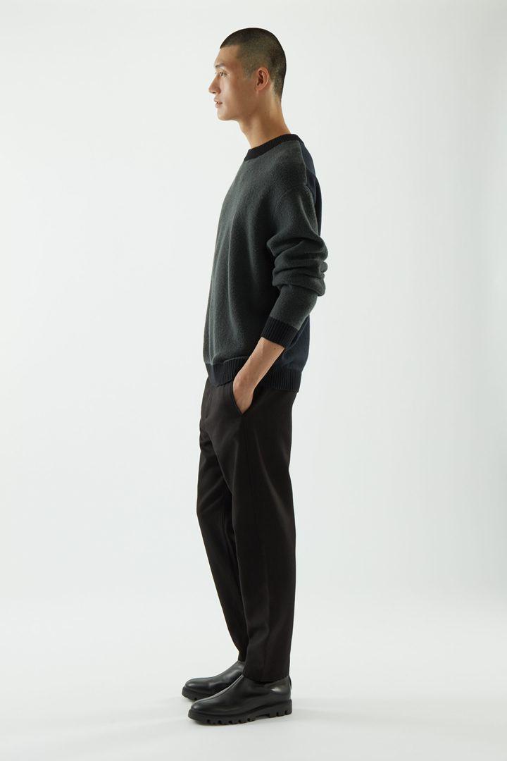 COS 울 컬러 블록 스웨터의 다크 그레이 / 블랙컬러 ECOMLook입니다.