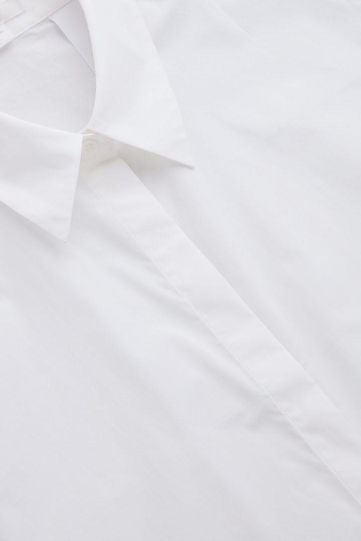 COS 써클 컷 셔츠 빕의 화이트컬러 Detail입니다.