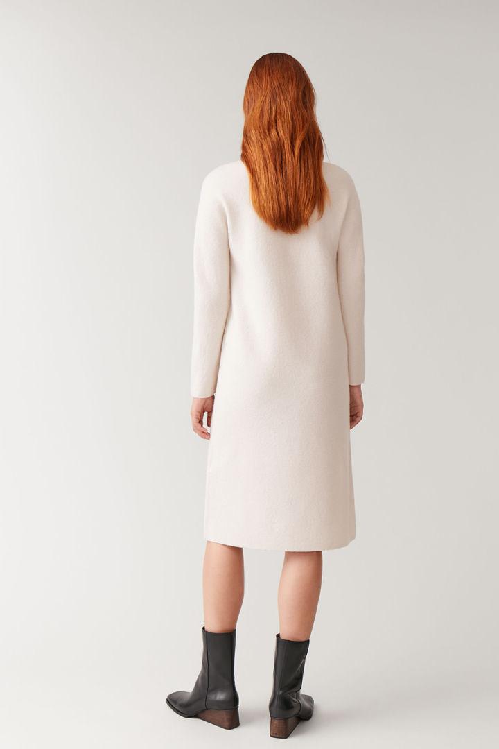 COS 보일드 울 심리스 드레스의 베이지 멜란지컬러 ECOMLook입니다.