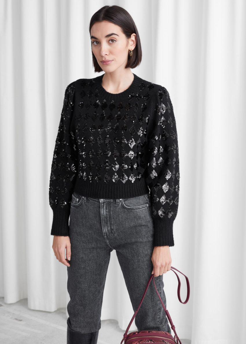 앤아더스토리즈 스파클링 할리퀸 퍼프 슬리브 스웨터의 블랙 할리퀸컬러 ECOMLook입니다.