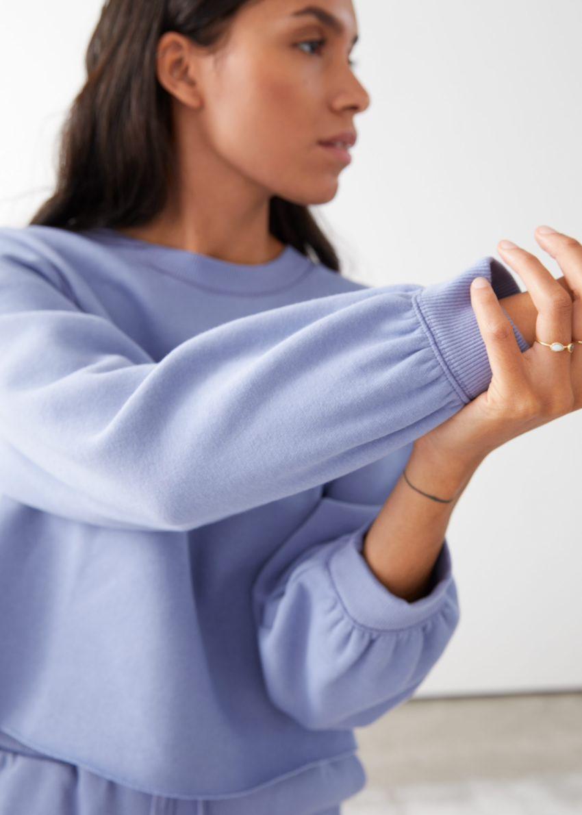 앤아더스토리즈 박시 저지 스웨터의 퍼플컬러 ECOMLook입니다.