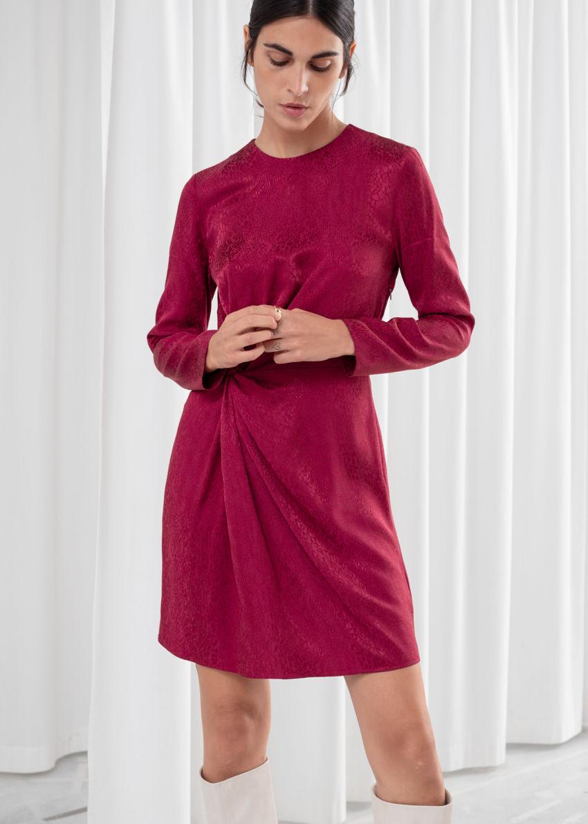 앤아더스토리즈 트위스트 매듭 스네이크 미니 드레스의 다크 핑크컬러 ECOMLook입니다.