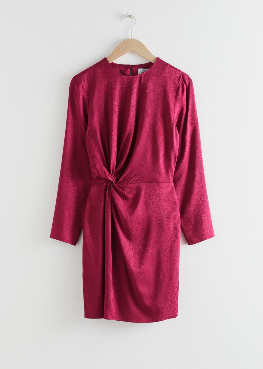 앤아더스토리즈 트위스트 매듭 스네이크 미니 드레스의 다크 핑크컬러 Product입니다.