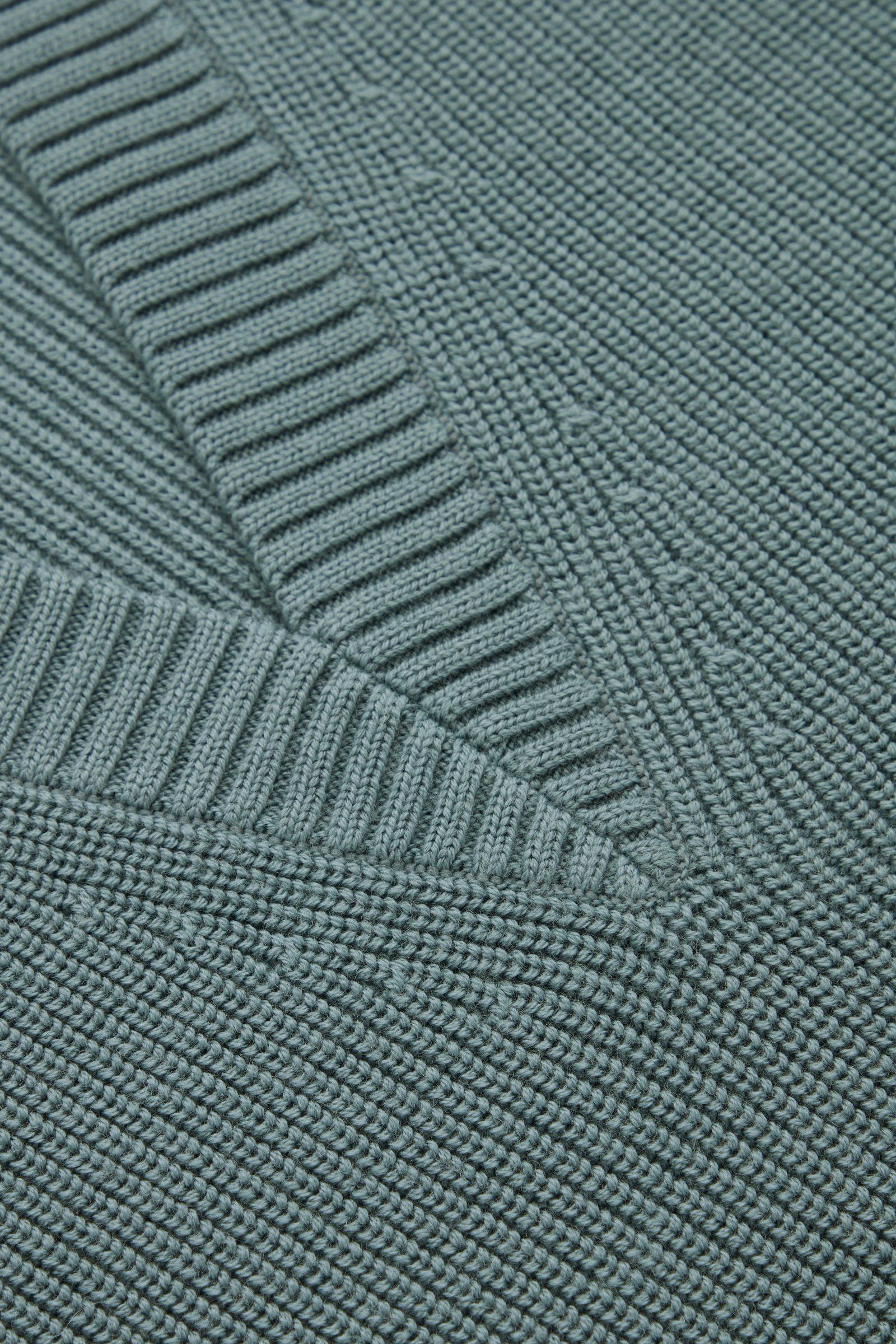 COS 딥 브이넥 니티드 베스트의 터쿼이즈컬러 Detail입니다.