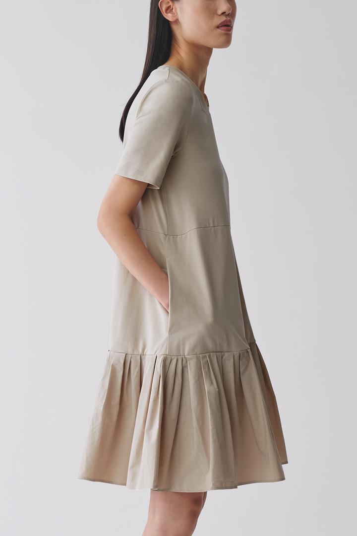 COS default image 11 of 브라운 in 개더드 패널 코튼 드레스