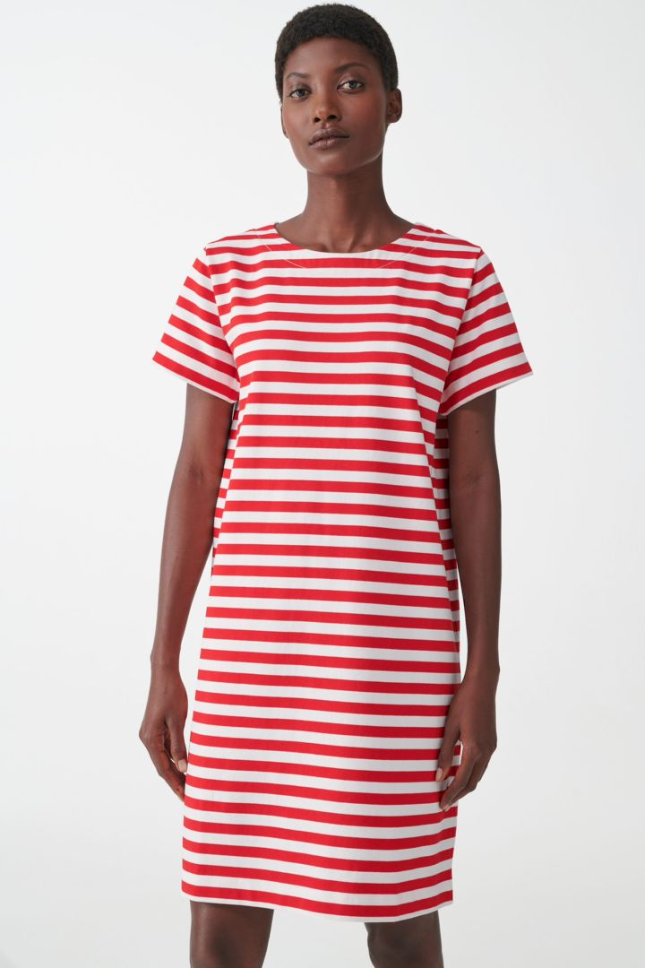 COS 스트라이프 코튼 티셔츠 드레스의 레드 / 화이트컬러 ECOMLook입니다.