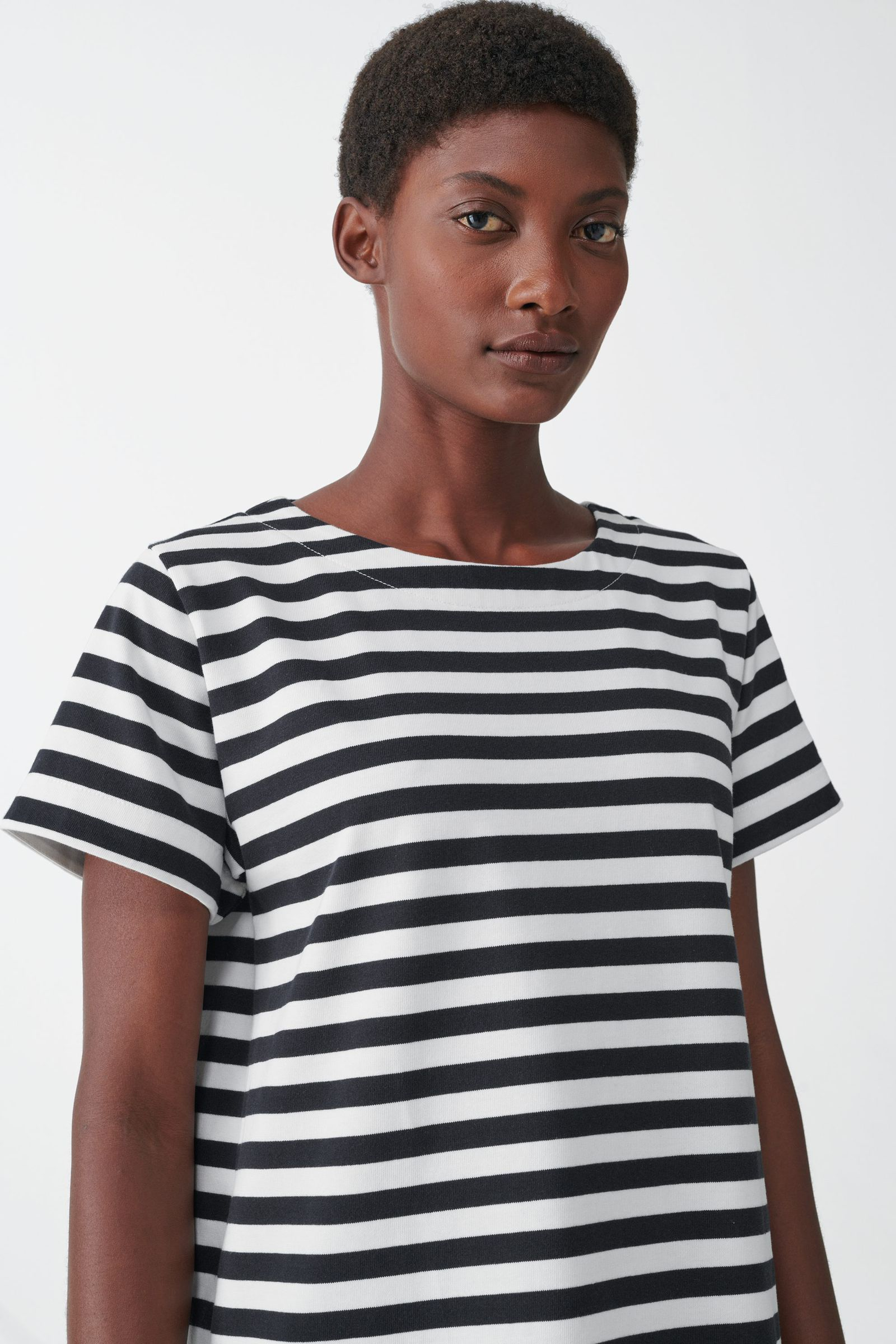 COS 스트라이프 코튼 티셔츠 드레스의 네이비 / 화이트컬러 ECOMLook입니다.