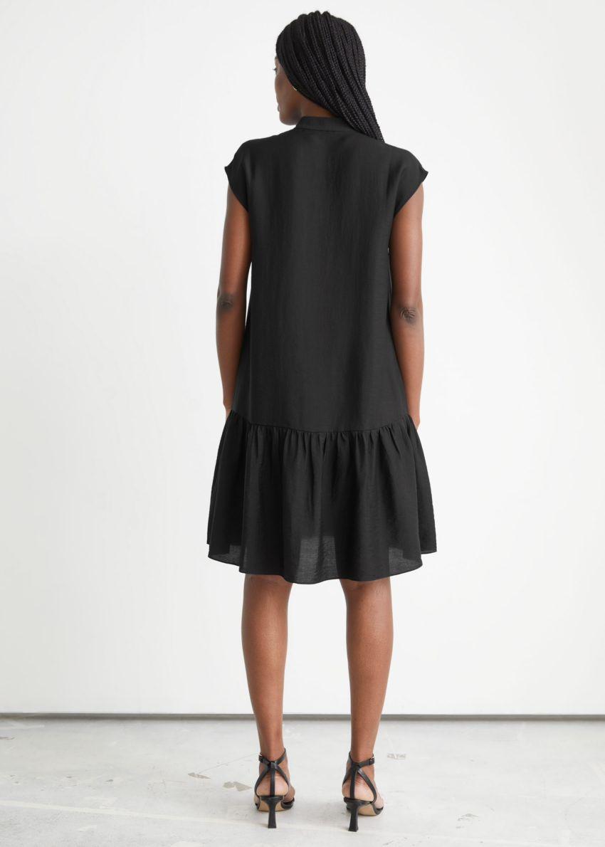 앤아더스토리즈 버튼 티어드 미디 드레스의 블랙컬러 ECOMLook입니다.