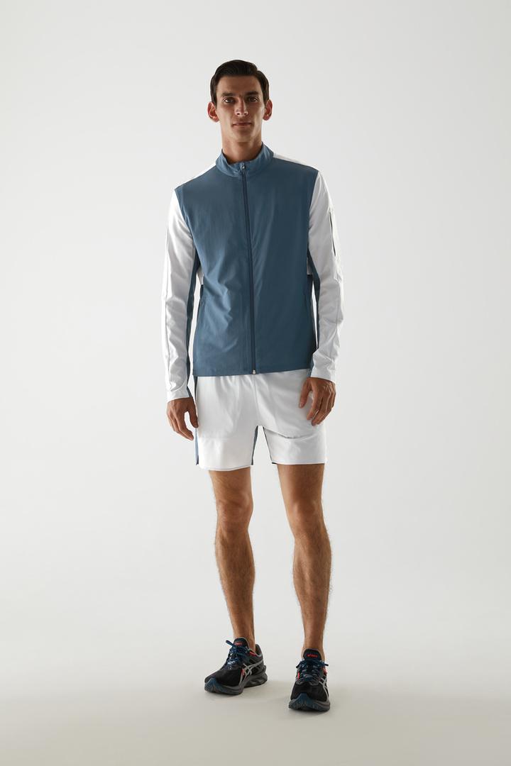 COS 리사이클드 폴리에스터 러닝 재킷의 다크 그린컬러 ECOMLook입니다.
