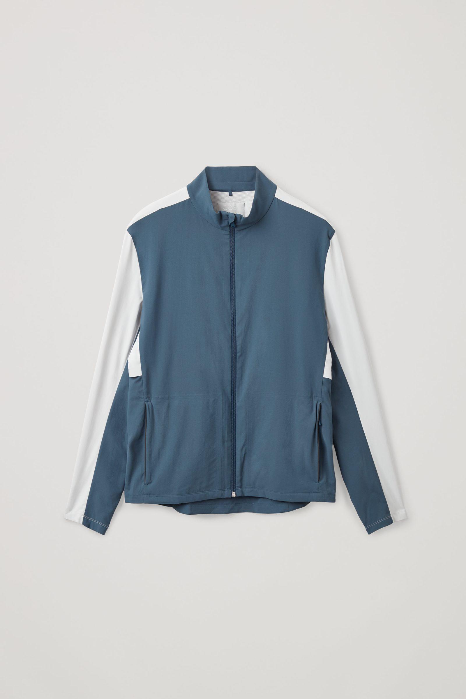 COS 리사이클드 폴리에스터 러닝 재킷의 다크 그린컬러 Product입니다.