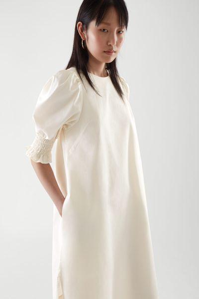 COS default image 1 of 화이트 in 코튼 스모킹 퍼프 슬리브 드레스