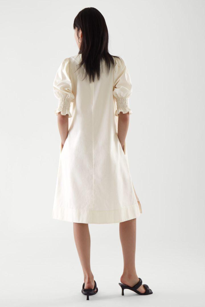 COS 코튼 스모킹 퍼프 슬리브 드레스의 화이트컬러 ECOMLook입니다.