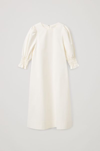 COS hover image 1 of 화이트 in 코튼 스모킹 퍼프 슬리브 드레스