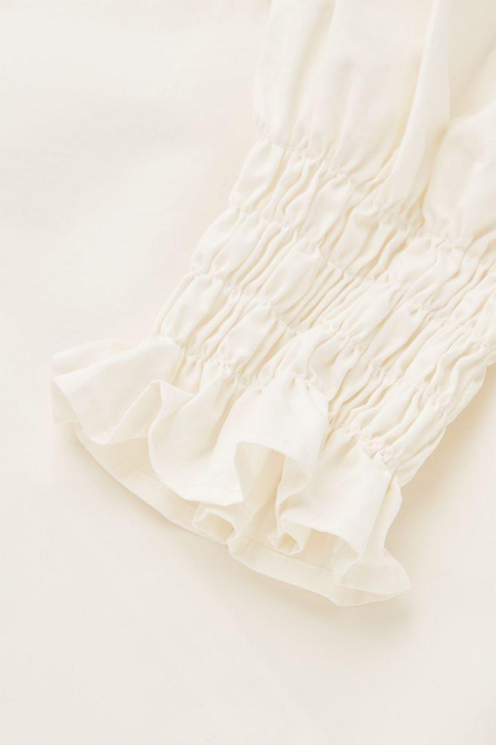 COS 코튼 스모킹 퍼프 슬리브 드레스의 화이트컬러 Detail입니다.