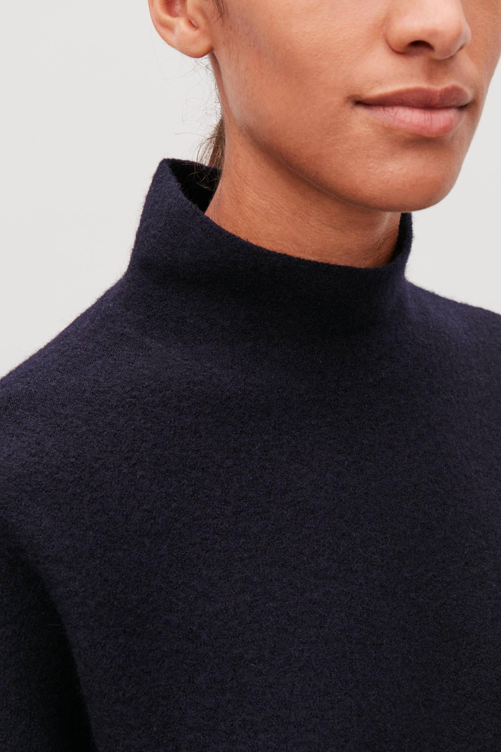 COS 보일드 울 심리스 스웨터의 미드나이트 블루컬러 ECOMLook입니다.