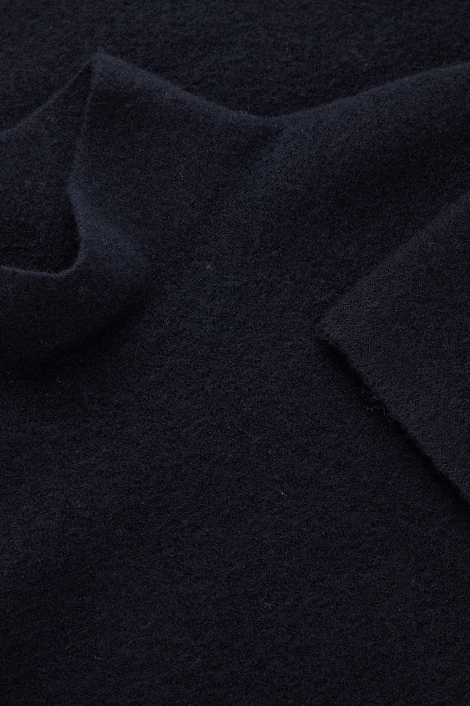 COS 보일드 울 심리스 스웨터의 미드나이트 블루컬러 Detail입니다.