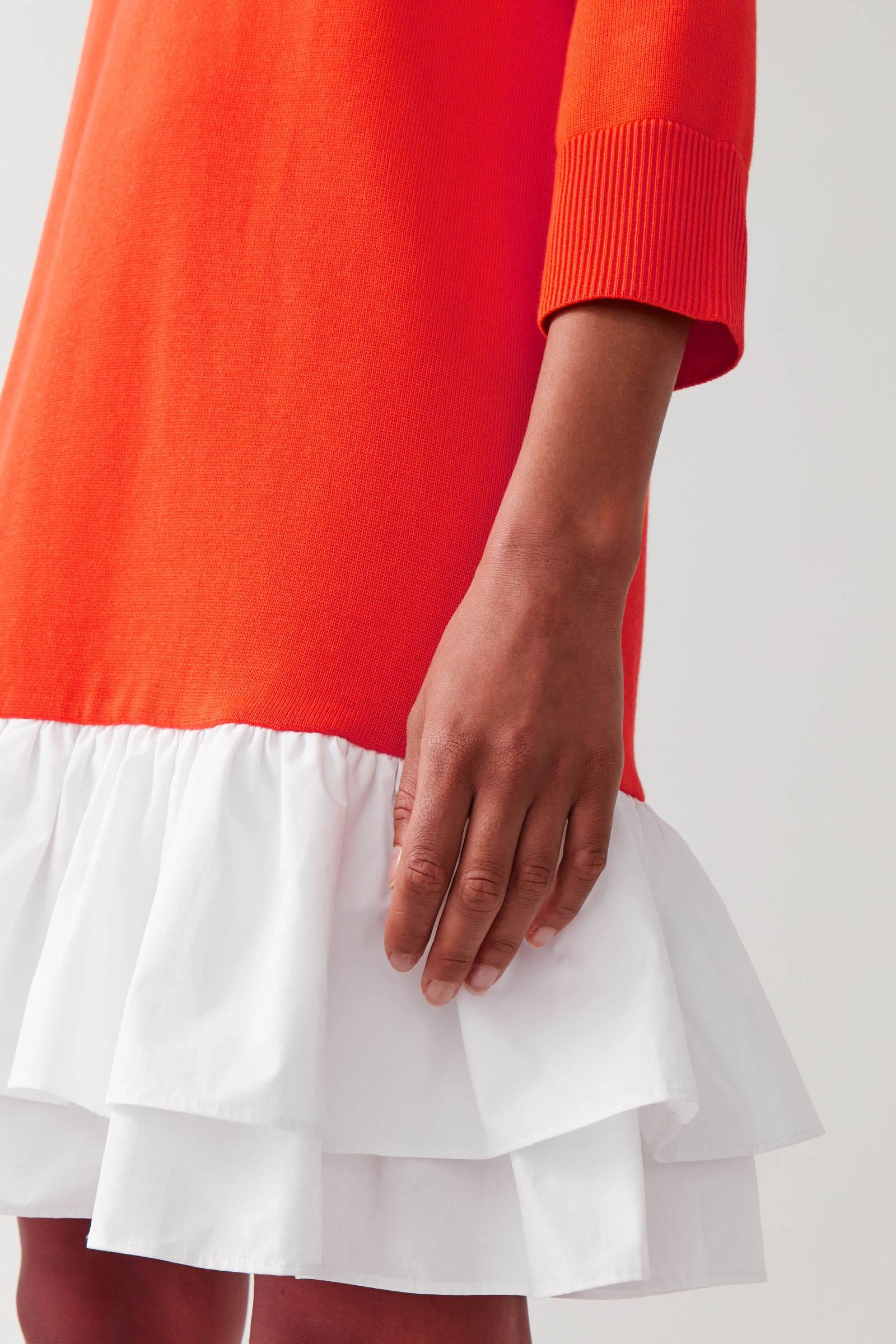 COS 우븐 플리츠 니티드 드레스의 파이어 오렌지, 화이트컬러 ECOMLook입니다.